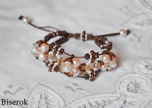 плетеный ажурный браслет из бисера и бусин, простой браслет для новичка, схема, мастер-класс, браслет на шнуре, фенечка из бисера