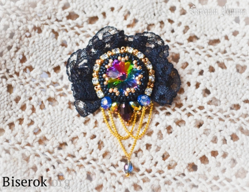 яркая стильная оригинальная брошь вышивка бисером, оплетение кристалла риволи мозаичной техникой, декорирование края вышитого изделия кружевом, крепление фурнитуры, мастер-класс, МК, МК схема