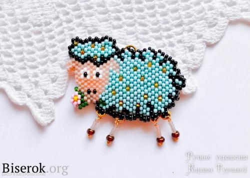 яркий брелок овечка отличный подарок на Новый год мастер-класс
