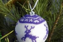 Вязаный елочный шарик с бисером